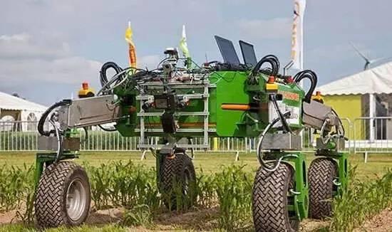 bonirob的外形像一辆四轮越野车,利用几台光谱成像仪来区分绿色的作物和褐色的土壤.