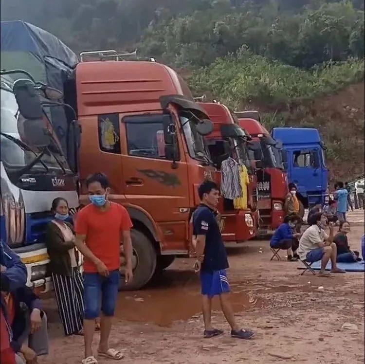 老挝一香蕉货车在垃圾场弃货时发生火灾